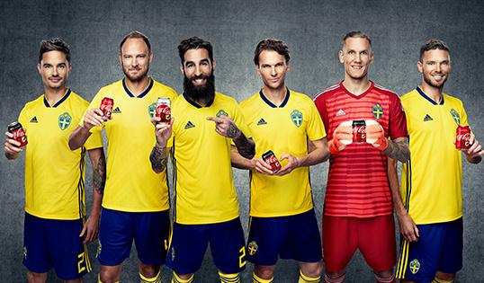 Sex fotbollsspelare på Cola-burkar