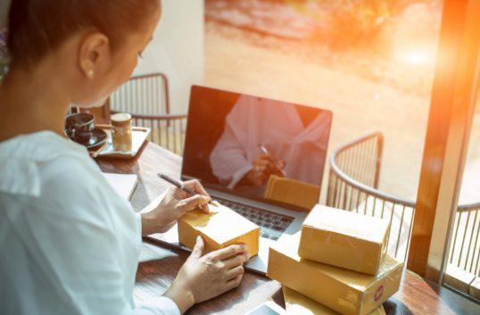 Kvinnor e-handlar mer – männen dyrare